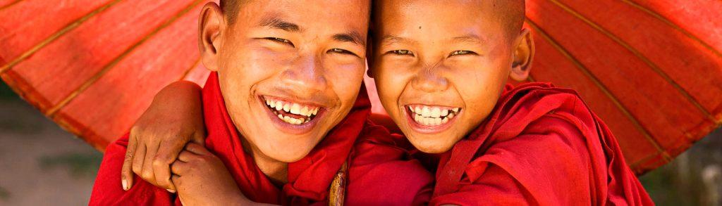 Buddhistische Mönche, Novizen unterm Schirm